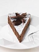 Ein Stück Schokoladen-Mandel-Kuchen
