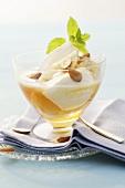 Griechischer Joghurt mit Honig und Mandeln