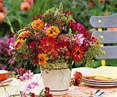 Bunter Blumenstrauss aus Zinnien, Schmuckkörbchen, Bartnelken