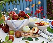 Äpfel in einer Schale und geschälte Äpfel