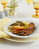 Roastbeef mit Möhren, Frühlingszwiebel und Kartoffeln