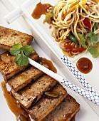 Gebratene Chow Mein Nudeln mit mariniertem Tofu