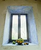 Obstschale auf Fensterbank in Fensternische