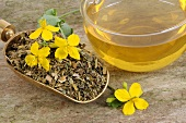 Greater celandine tea & dried greater celandine with fresh flowers