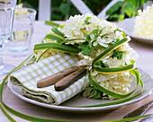 Serviettenkranz aus Hortensien und Goldleistengras