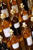 Mehrere Flaschen mit Proben von Martell Cognac
