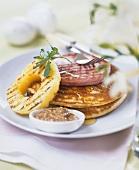 Pancakes mit gegrilltem Schinken, Ananas und Senf