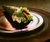 Ein Temaki-Sushi mit Lachs
