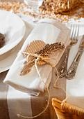 Ostergedeck: Serviette mit Feder dekoriert