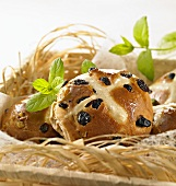 Hot cross buns in a bread basket (close-up)