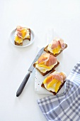 Spiced bread with ricotta, ham and mango