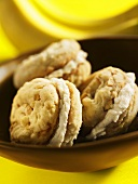 Nut biscuits with banana cream