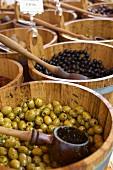 Eingelegte Oliven in Fässern auf Markt