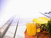 Ananaskonfitüre und eine halbe Ananas