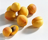 Whole and halved apricots (variety: Sekerpare)
