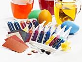 Verschiedene Ostereierfarben und gefärbte Eier