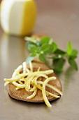 Zitronenschalen auf Pfannenwender
