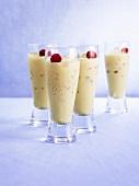 Vier Cocktails mit Baileys und Himbeeren