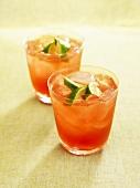 Zwei Cocktails mit Cranberrysaft und Mandellikör