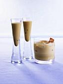 Verschiedene Drinks mit Baileys und Karamellbonbons
