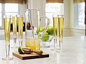 Apfel-Ingwer-Punsch in Gläsern und Glaskrug zu Weihnachten