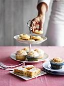 Etagere mit Muffins und Teegebäck