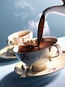 Heiße Schokolade einschenken