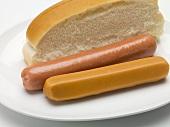 Zwei typische Hot-Dog-Würstchen und ein halbiertes Brötchen