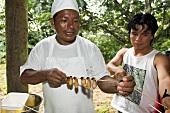 Einheimische beim Maden kochen (Ecuador)