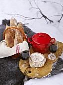 Winter-Picknick mit Eintopf, Käse, Brot und Wein