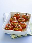 Gefüllte Tomaten in einer Auflaufform