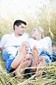 Junges Paar in einem Getreidefeld
