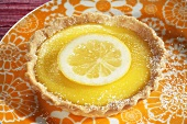Lemon tartlet with icing sugar