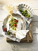 Ofen-Pasta aus dem Papier mit Stangenkohl und Knoblauch