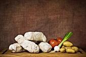 Stillleben mit rustikalen Bratwürsten (Andouillette) und Gemüse