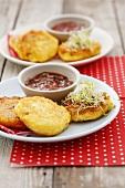 Mini-Käsepfannkuchen mit Sprossen und Tomatendip