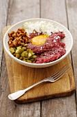Beef Tatar mit Ei, Zwiebeln, Pfifferlingen und Essiggurke
