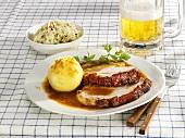 Schweinebraten mit Kartoffelkloss, Krautsalat und Bier