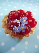 Redcurrant tart with flowers