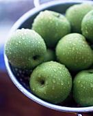 Granny Smith Äpfel im Abtropfsieb