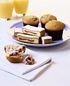 Muffins und Feigenkuchen in Scheiben