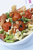Pasta salad with Parma ham, asparagus and tomatoes