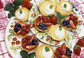 Berry- and lemon curd tartlets