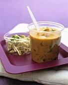 Laksa (Asiatische Suppe mit Glasnudeln, Garnelen & Sprossen)