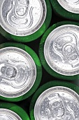 Grüne Getränkedosen mit Wassertropfen