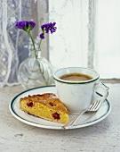Himbeer-Mandel-Tarte und eine Tasse Kaffee