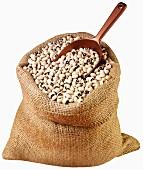Black-eyed beans in jute sack with scoop