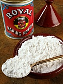 Baking powder on a spoon, on a plate and in the tin