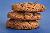 Drei aufgetürmte Chocolate Chip Cookies