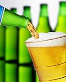 Lager-Bier in ein Glas einschenken